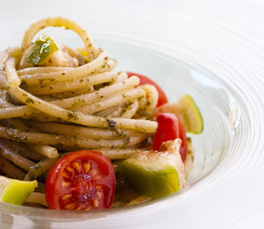 Биголи с мариновани домати и лук